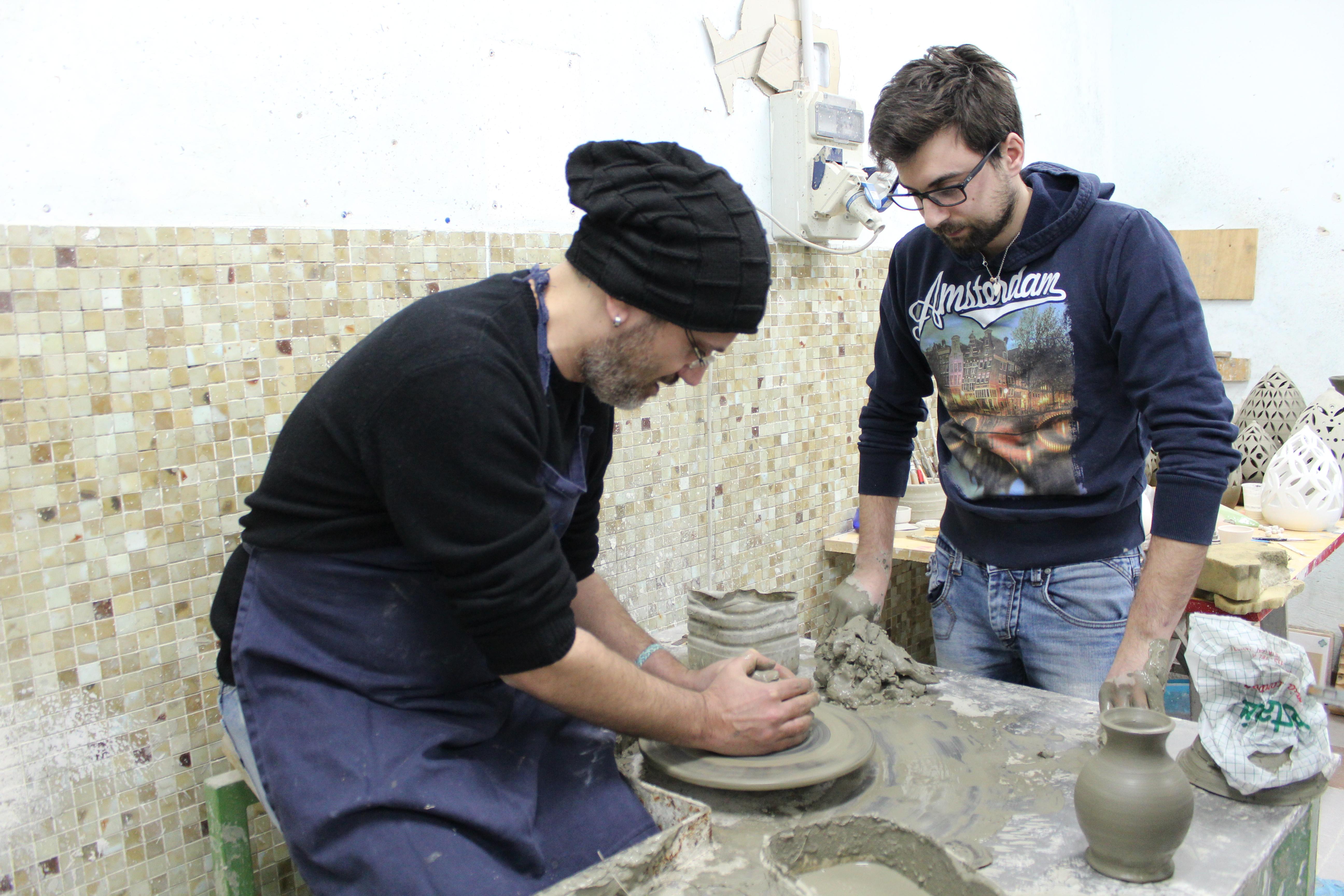 Lavorazione al tornio dell'argilla al Laboratorio Ceramiche Marilli