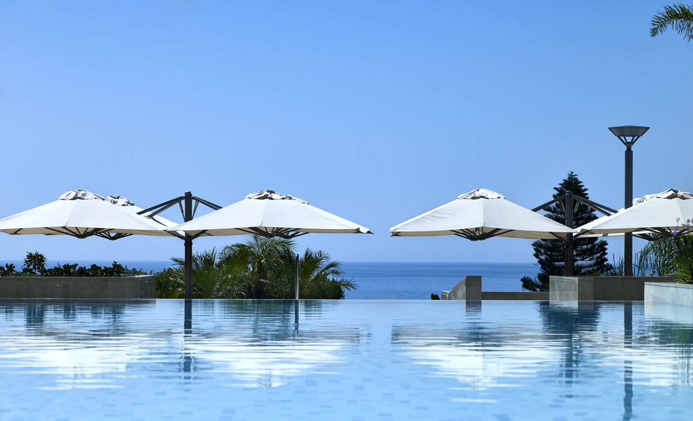 Installazione degli ombrelloni componibili MaPro P6 nella zona piscina