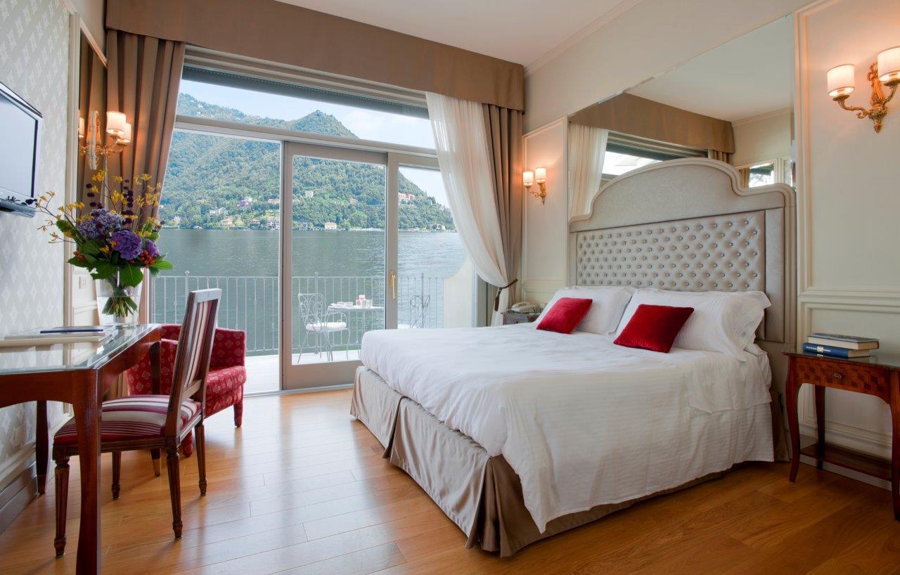 Una camera di Villa Flori con affaccio sul Lago di Como
