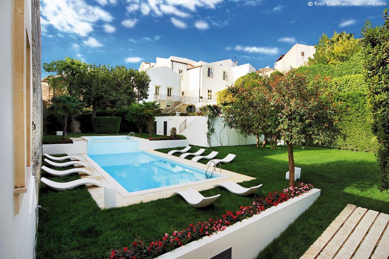 Giardino con piscina di Villa del Lauro a Ragusa