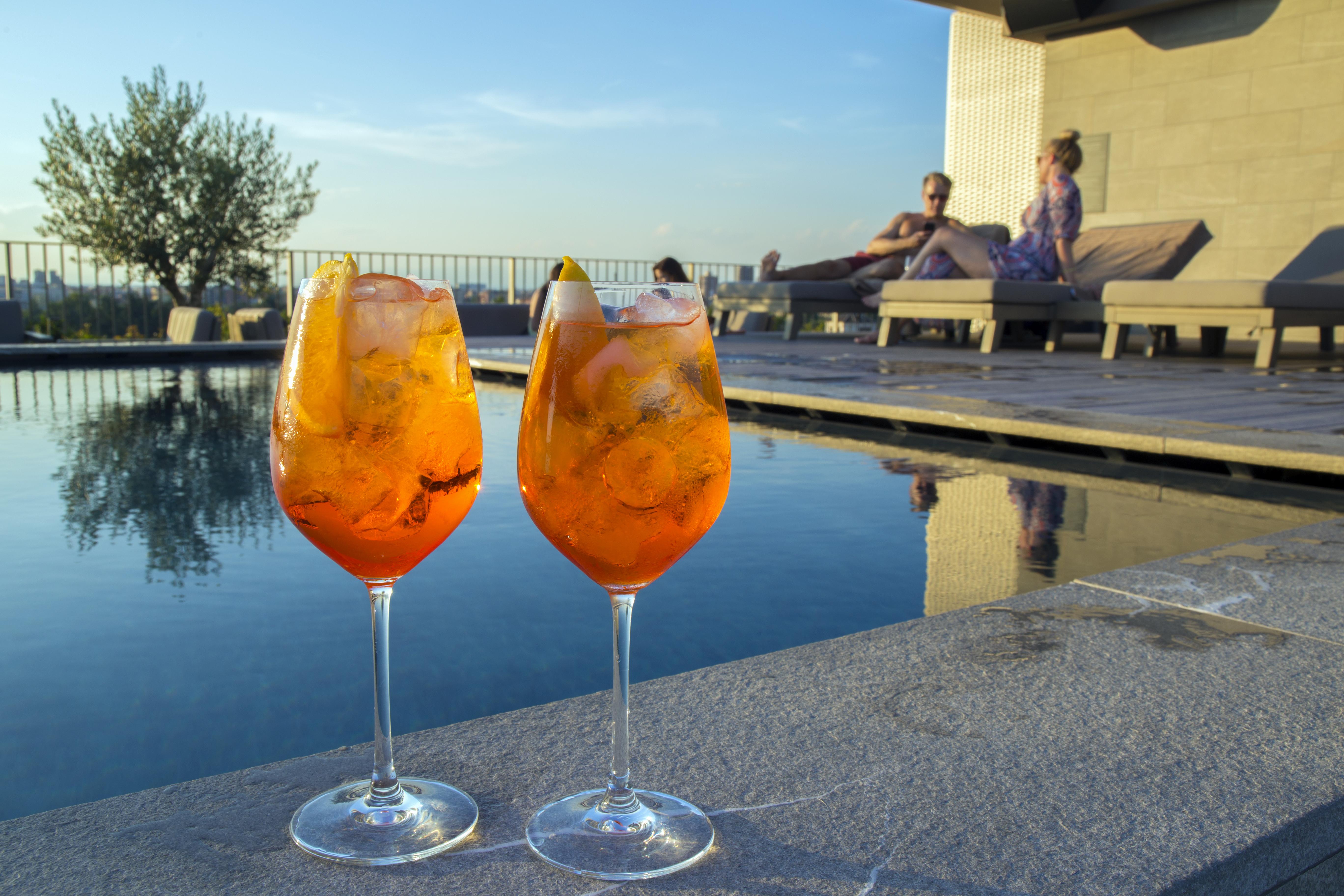 Due bicchieri di spritz a bordo piscina