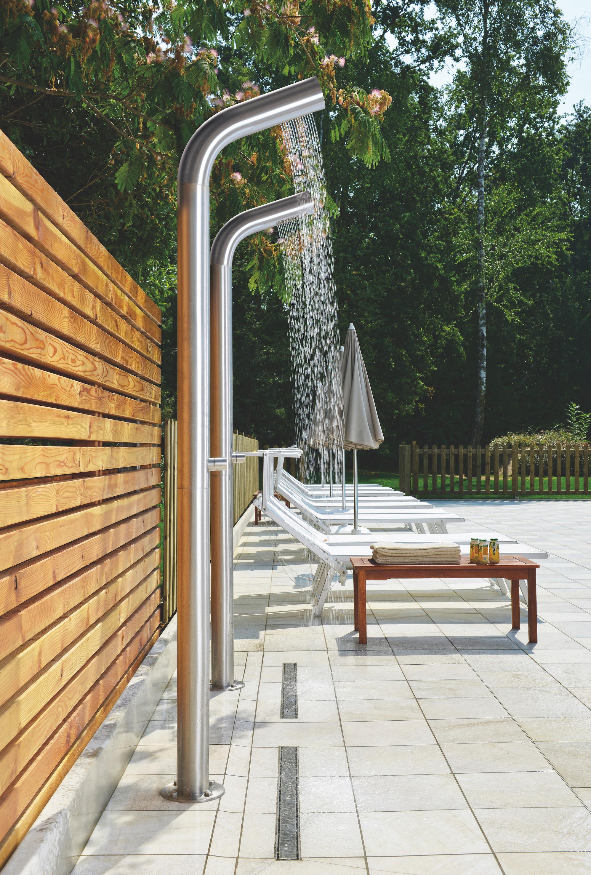 Colonne doccia Inox installate in una zona piscina