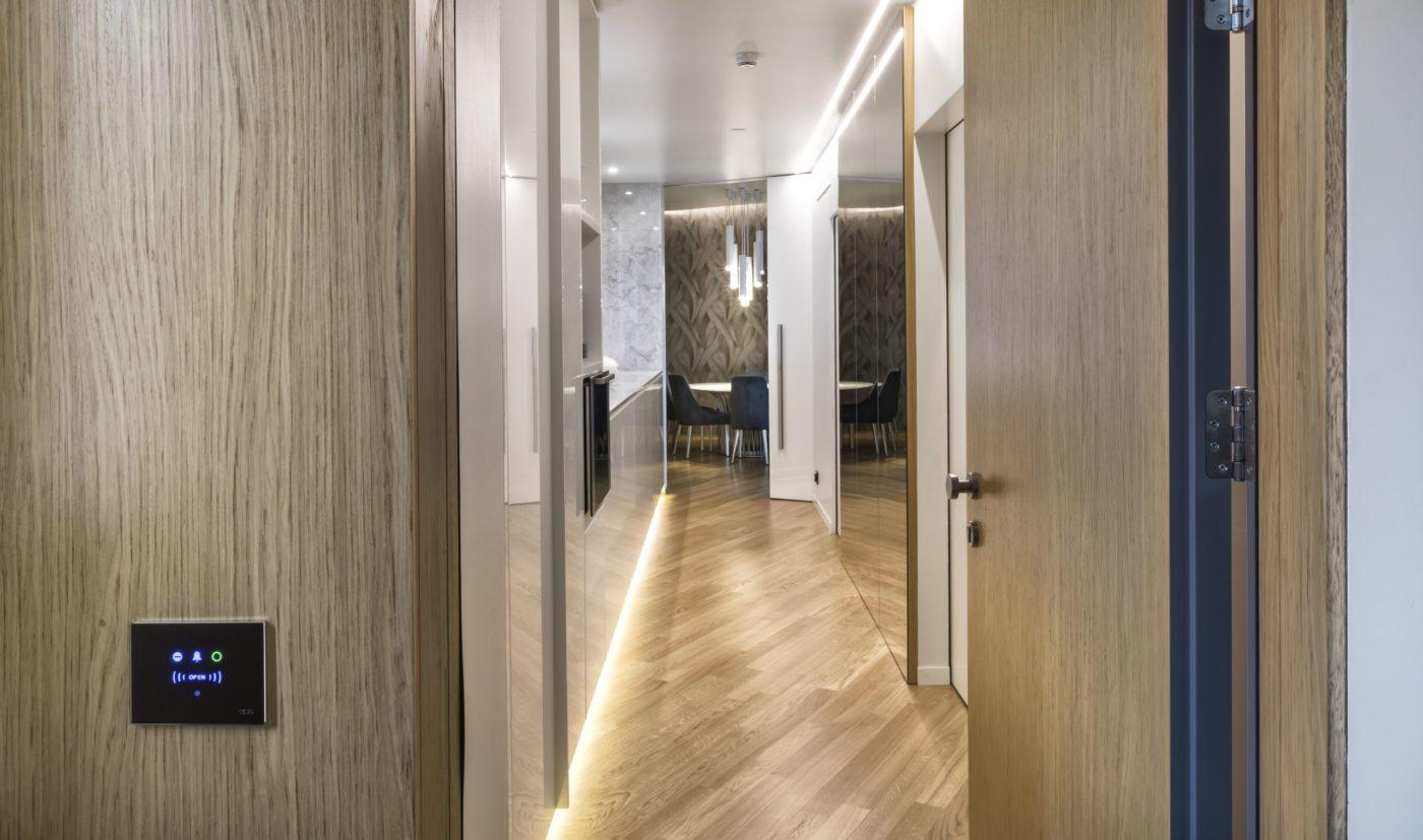 L'ingresso di una suite con le porte di Pietrelli in primo piano