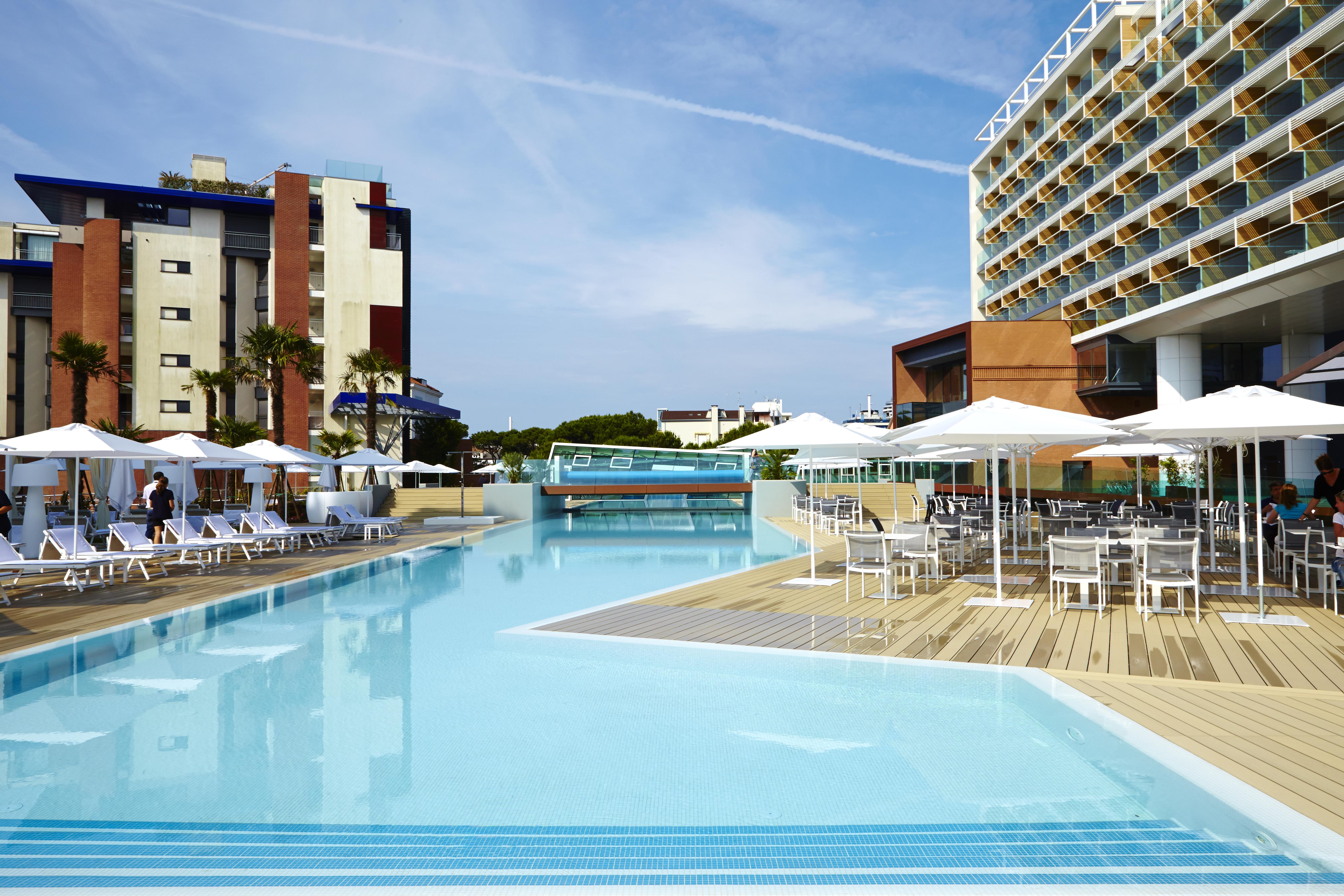 L'area piscina dell'hotel Spa Alma Jesolo Resort