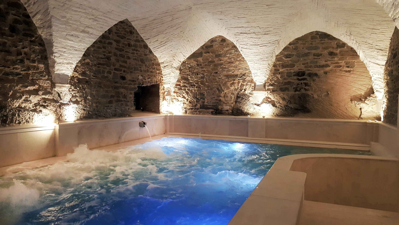 la vasca idromassaggio realizzata nell'antica cisterna romana con le volte in mattoni a vista