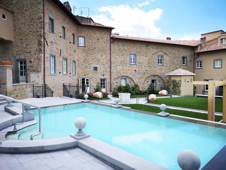 Uno scorcio del Monastero di Cortona con la piscina