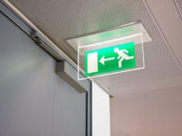 Un'insegna luminosa che segnala l'uscita di emergenza