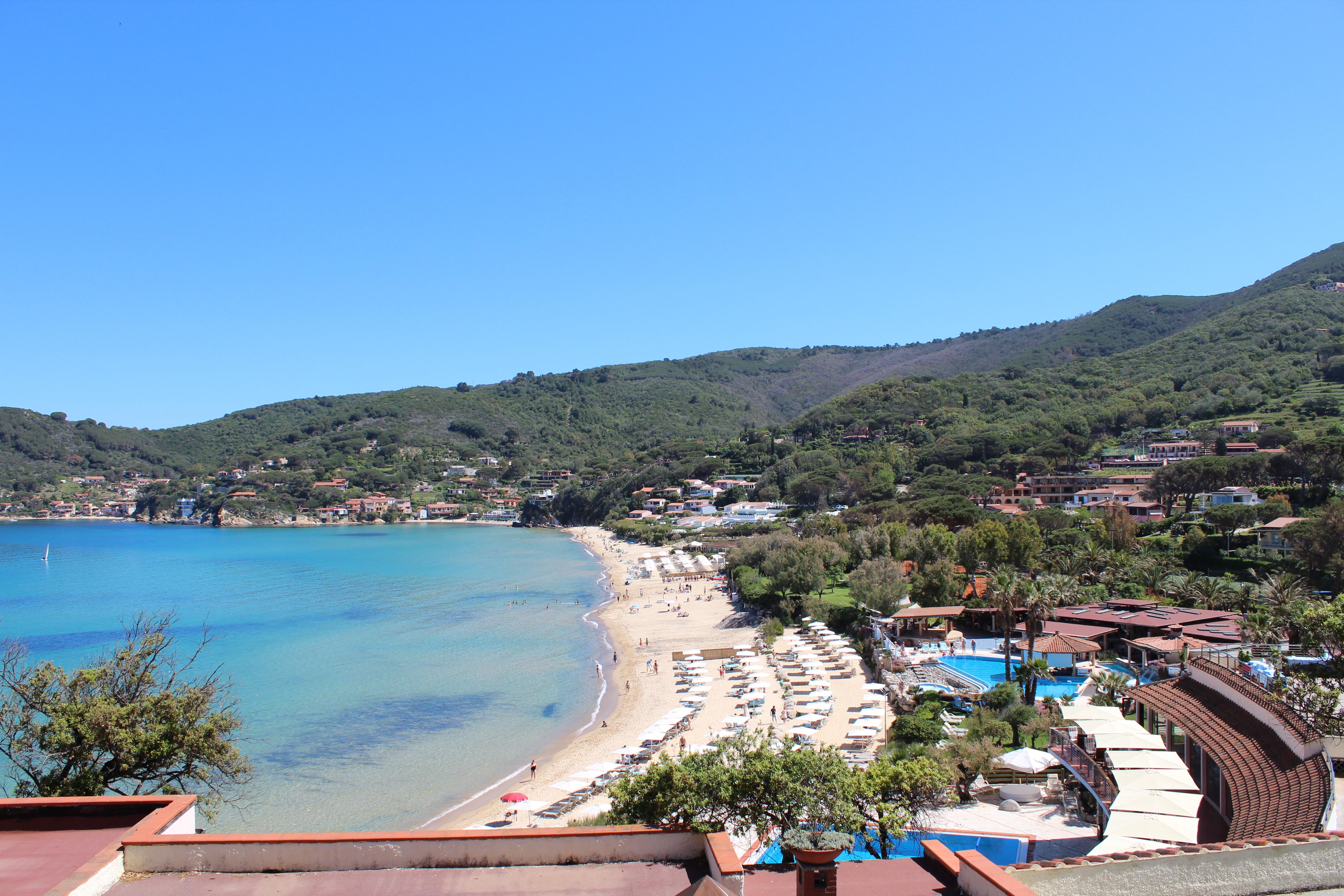 Una veduta panoramica dell'Hermitage all'Elba e della baia della Biodola