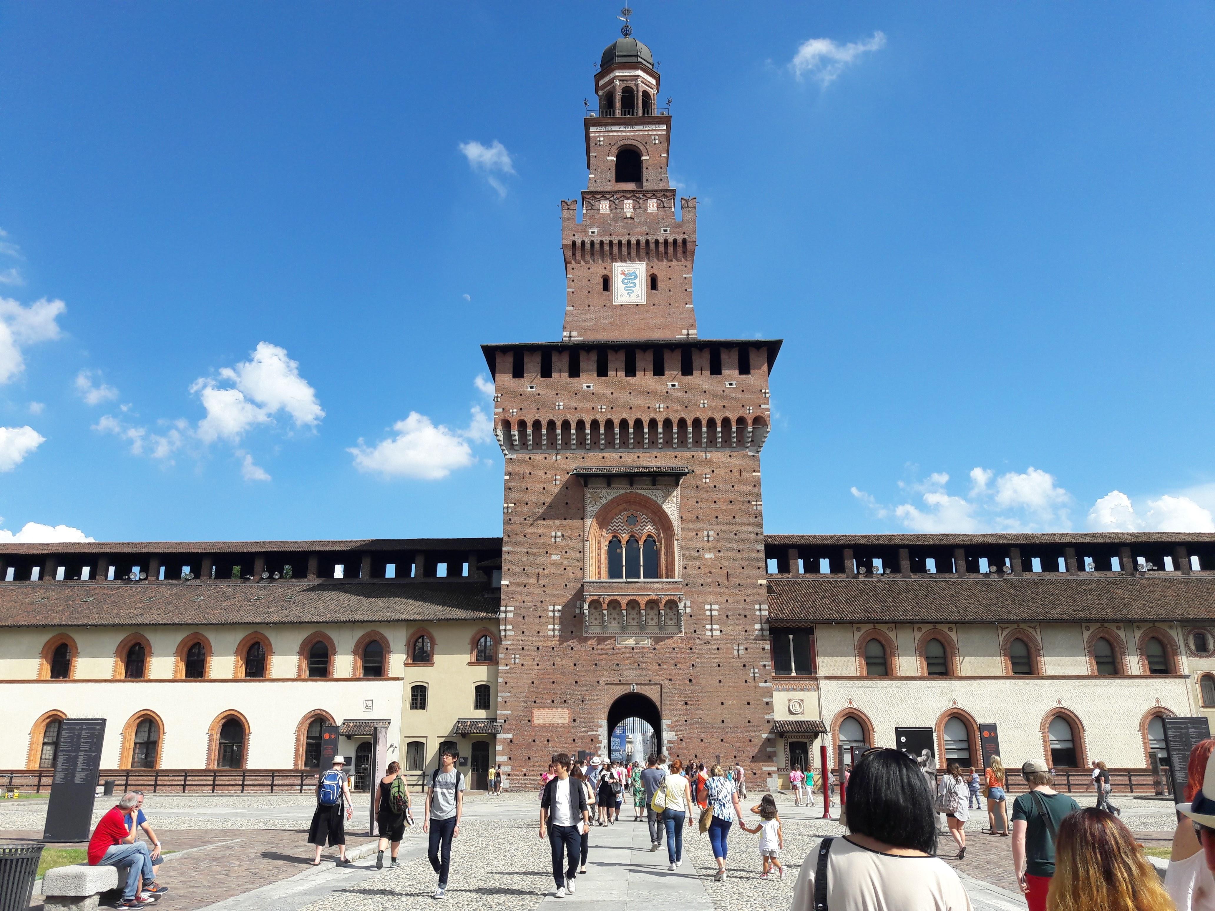 Turisti al Castello Sforzesco di Milano