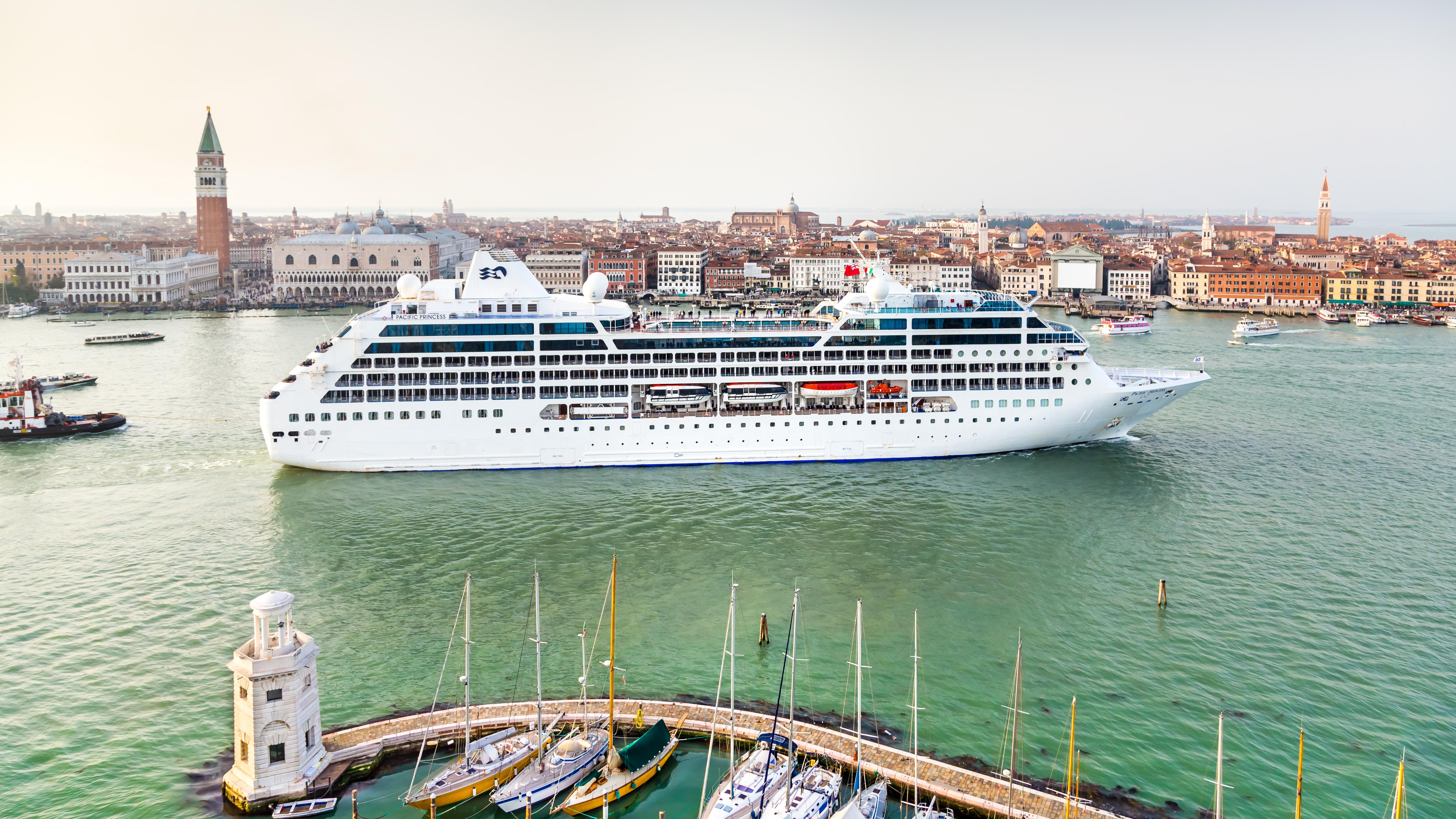 Una nave da crociera nella laguna di Venezia