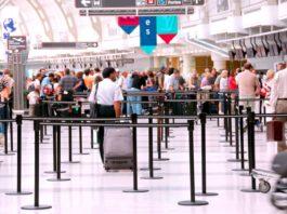 Turisti in aeroporto in fila per il check in