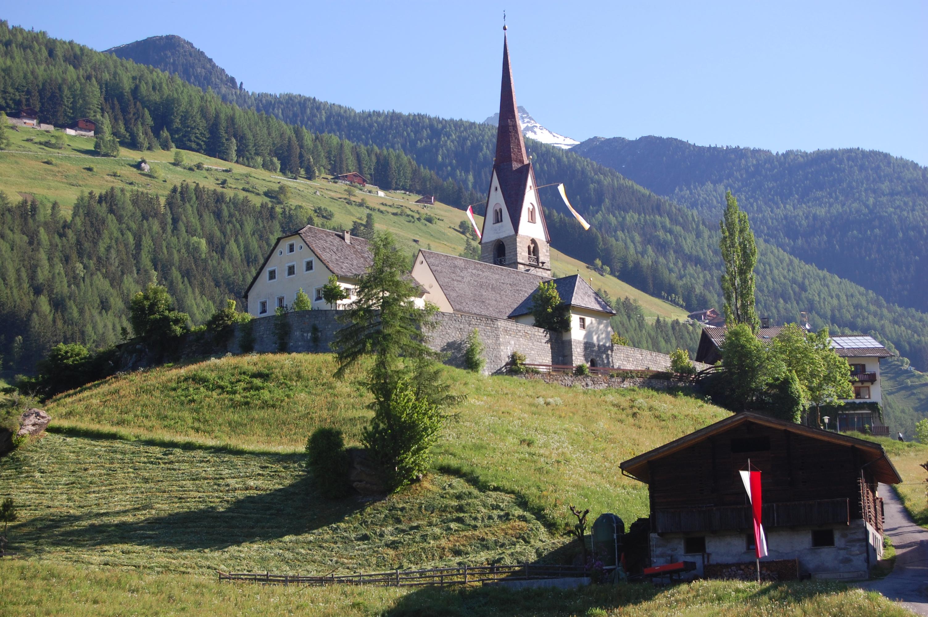 Una chiesa in mezzo agli alpeggi in Sud Tirolo