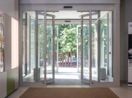 Bussola di ingresso Ponzi formata da 2 porte scorrevoli automatiche TOS abilitate a via di fuga. Ante in sfondamento