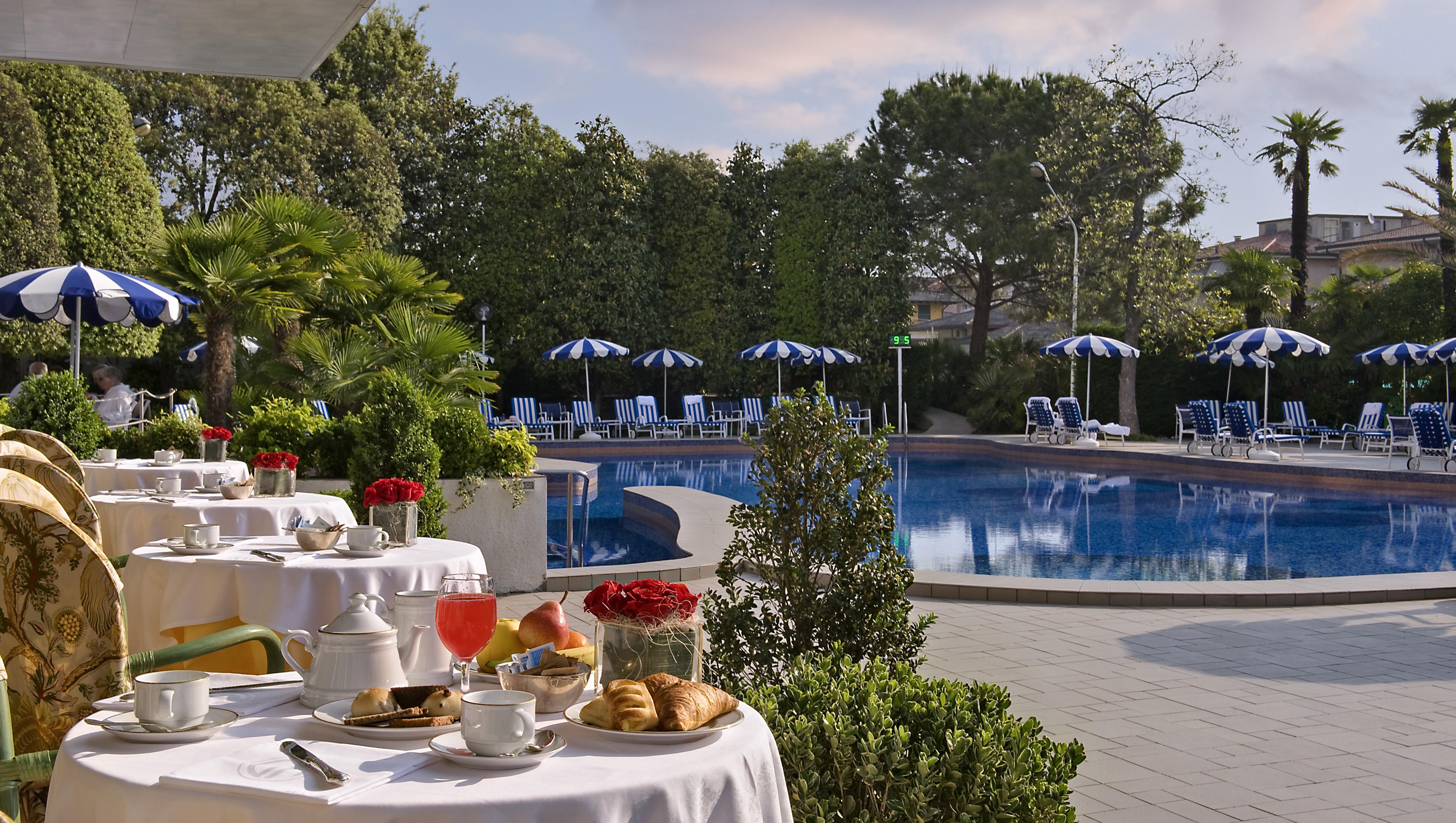 il ristorante di un hotel che si dilata nella zona piscina