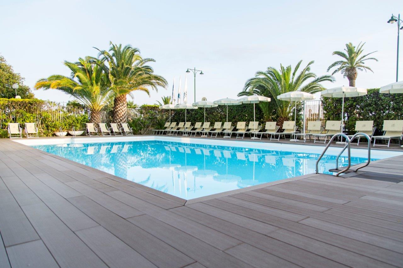 La zona piscina di un albergo Blu Hotels