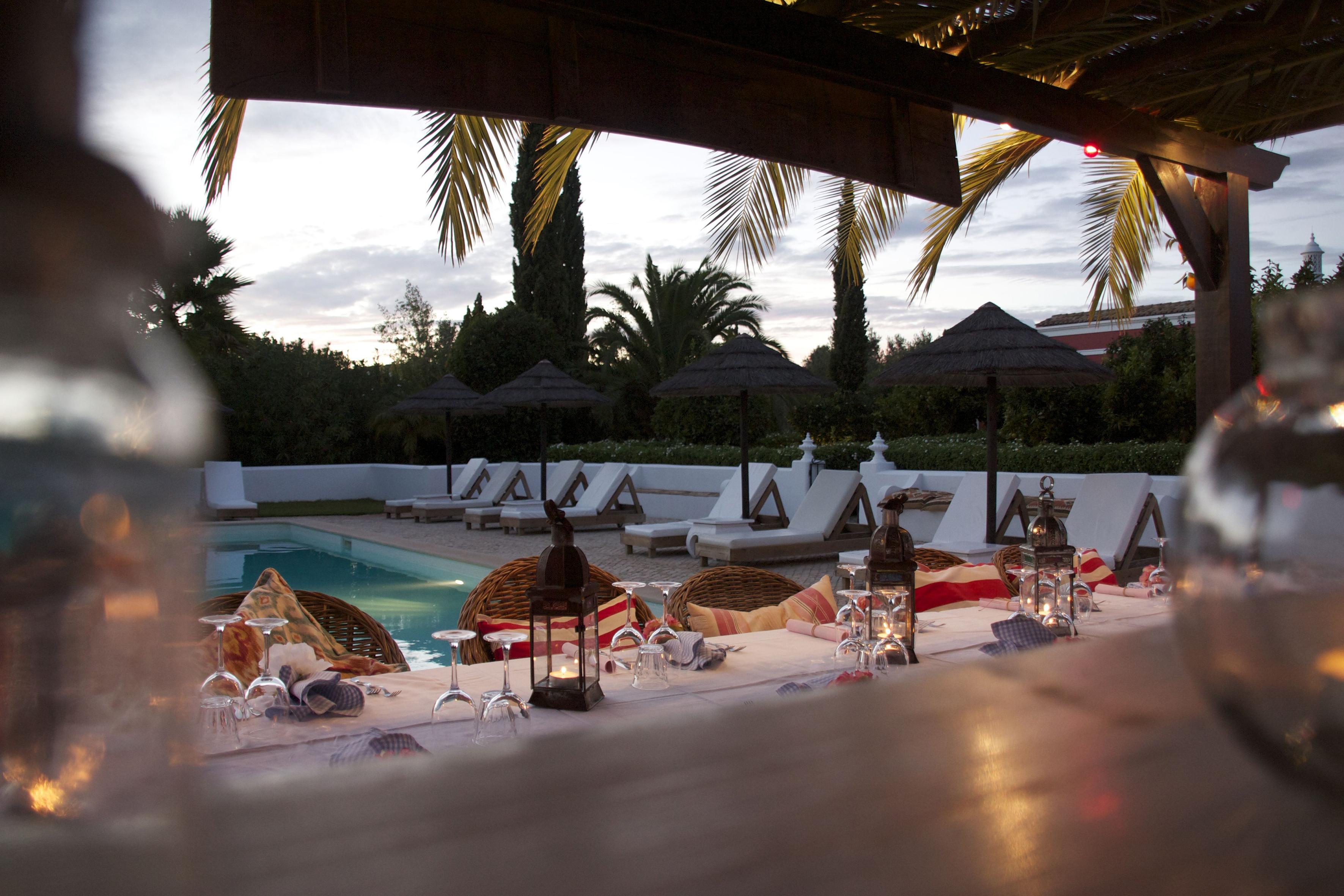 Un tavolo apparecchiato in piscina del Cebola Vermelha Boutique Hotel
