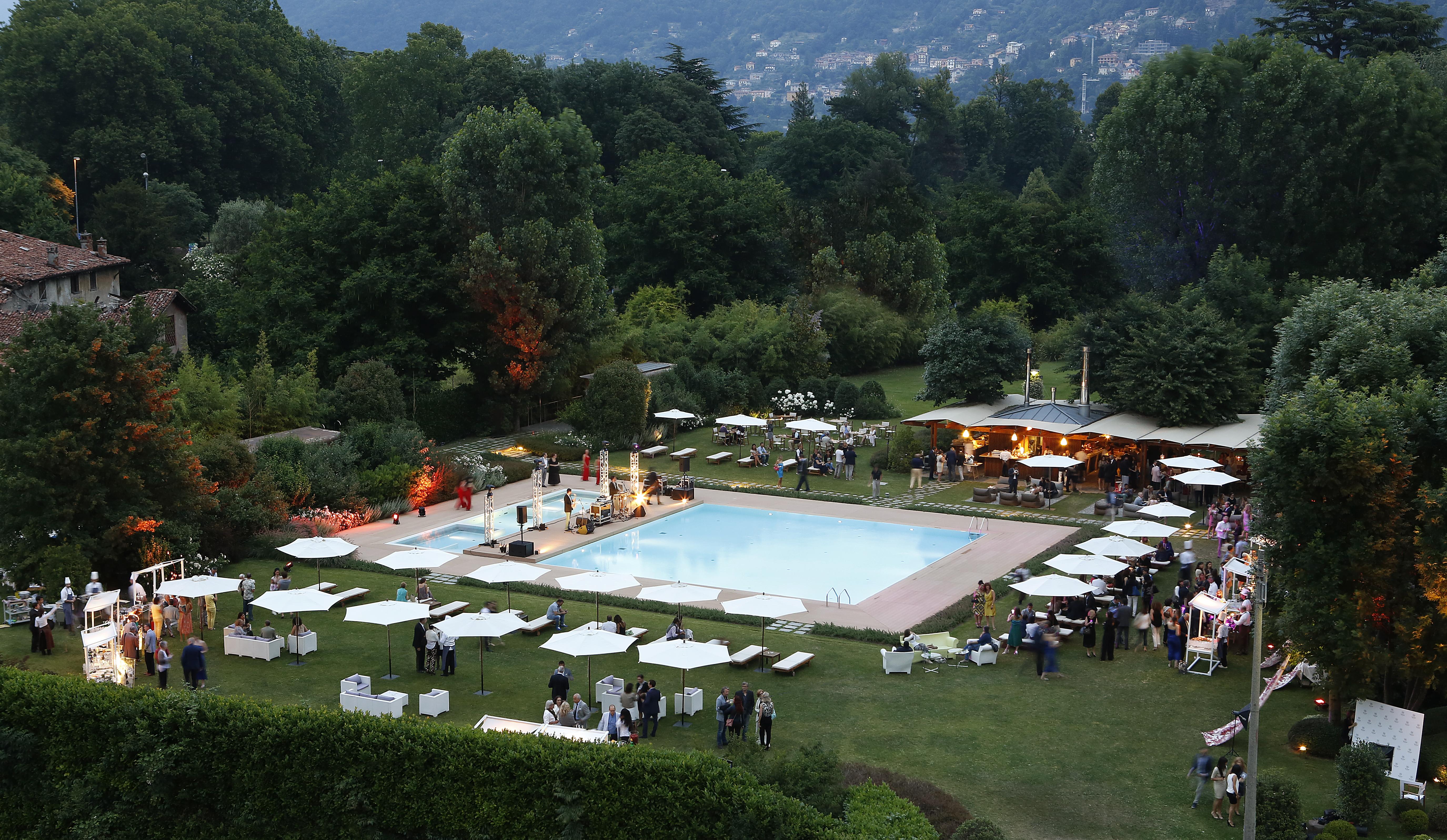 Un veduta panoramica della piscina del Sheraton Lake Como