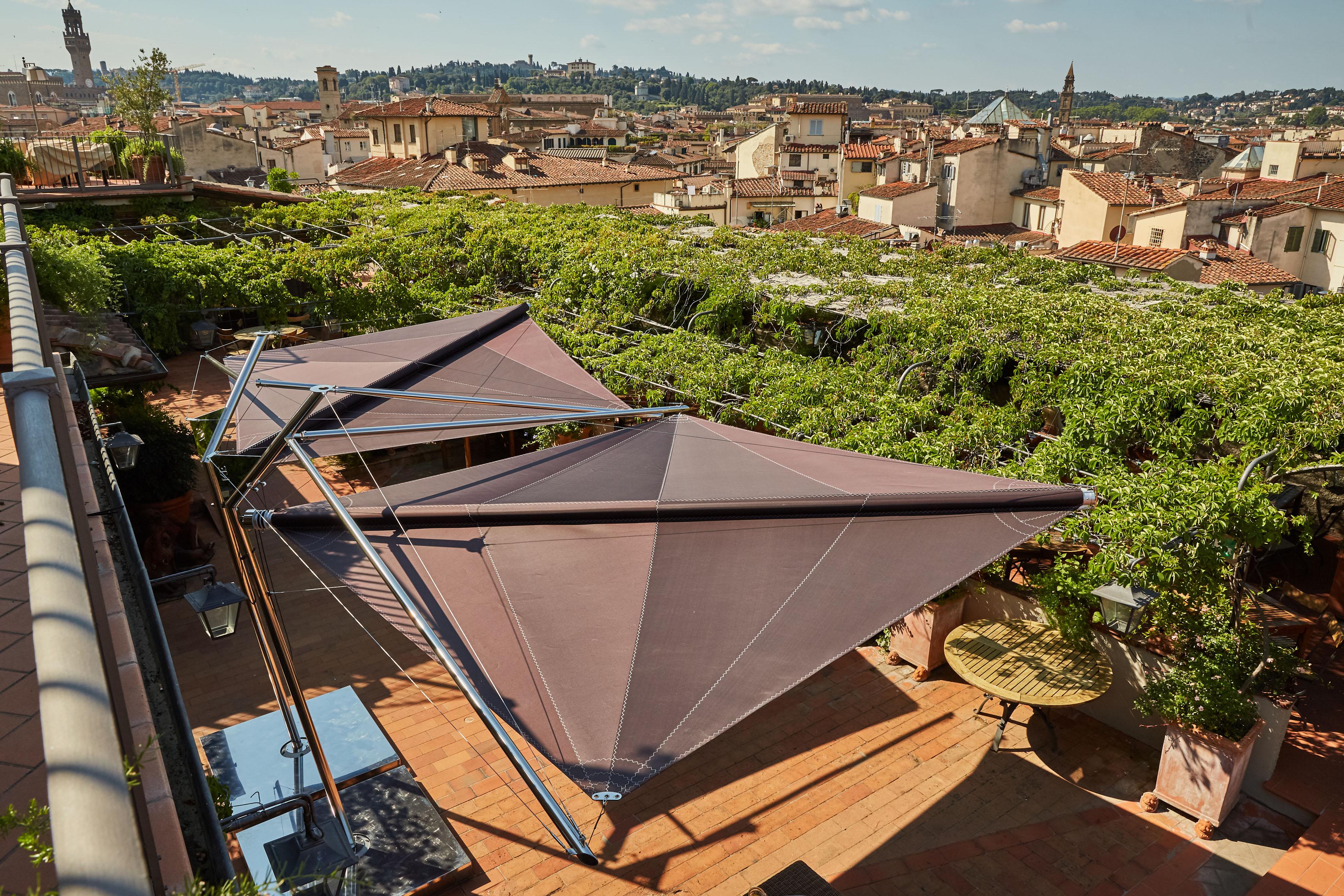 Gli ombreggiatori Kolibrie sulla terrazza del Grand Hotel Baglioni di Firenze