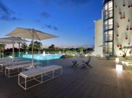 L'area piscina del Mec Paestum Hotel nel Cilento con pavimentazione plasticWOOD