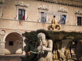 Pesaro, uno scorcio della fontana in piazza del Popolo