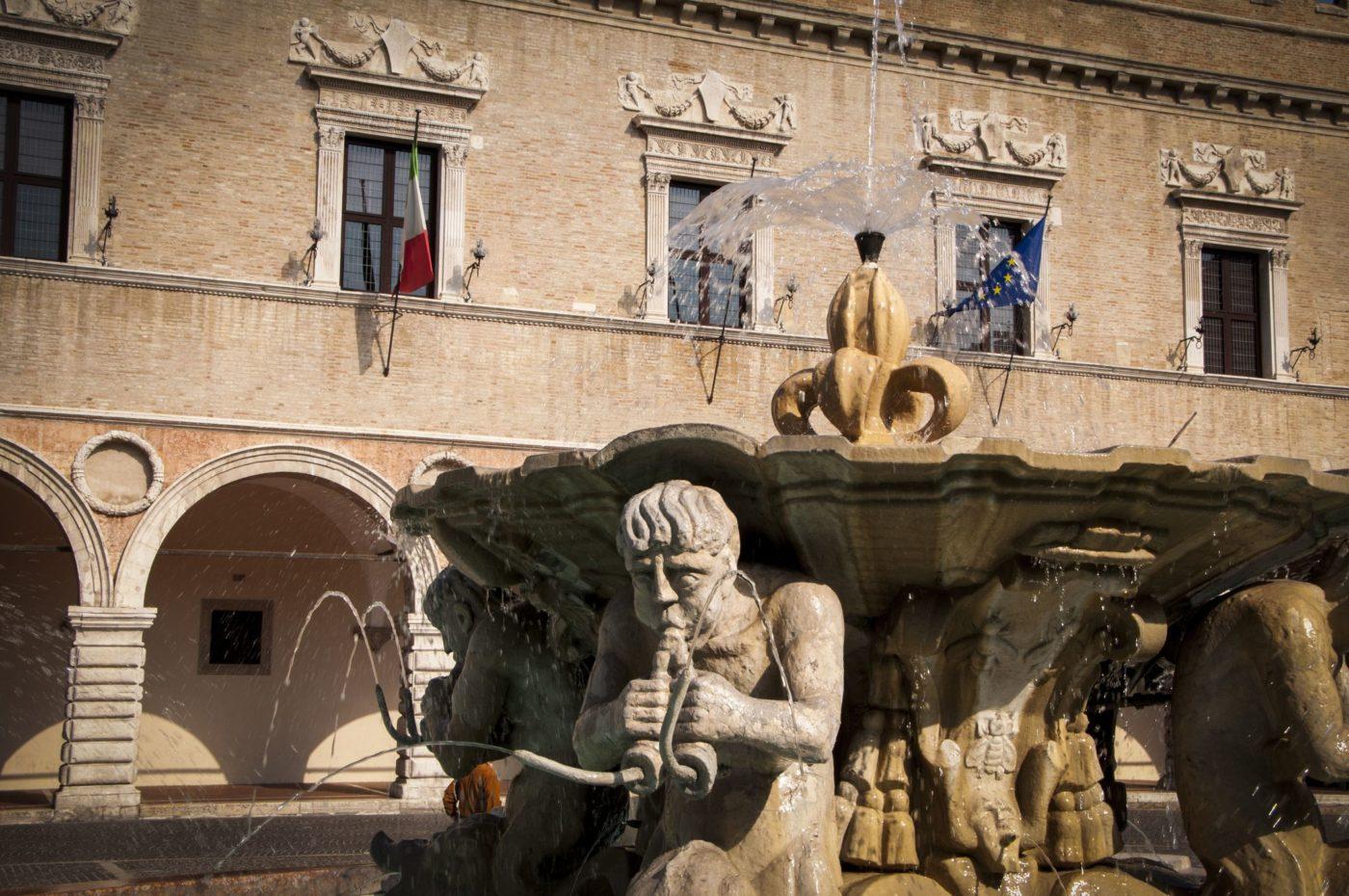 Pesaro, uno scorcio piazza del Popolo e della fontana