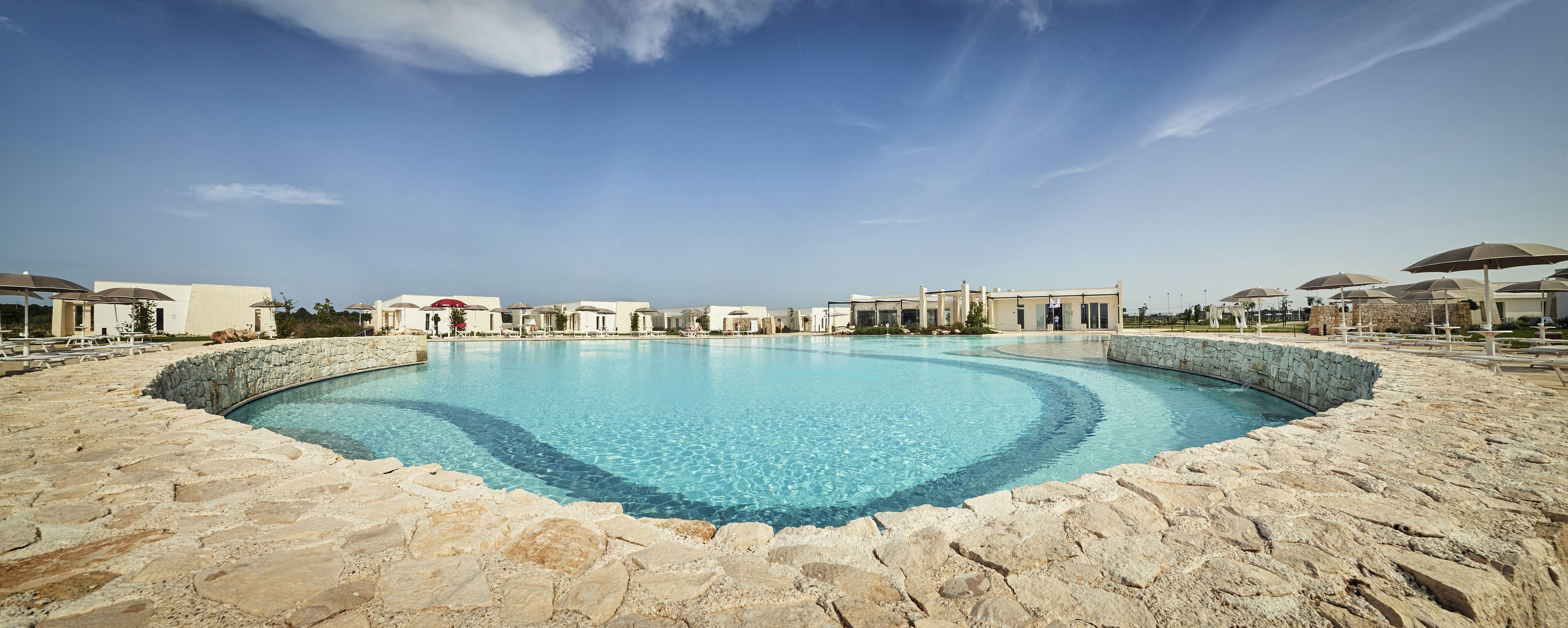 Una foto panoramica del Relais Masseria Le Cesine con la grande piscina in primo piano