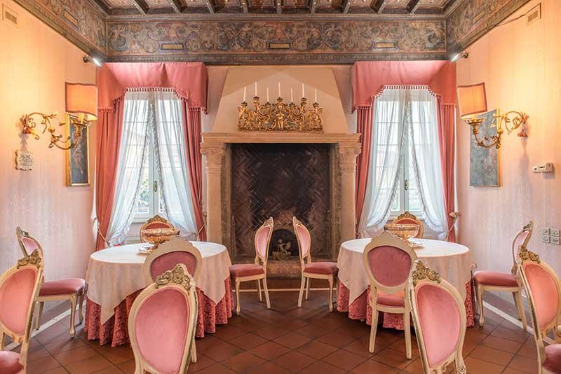 La sala soggiorno con camino dell'Hotel Duchessa Isabella di Ferrara