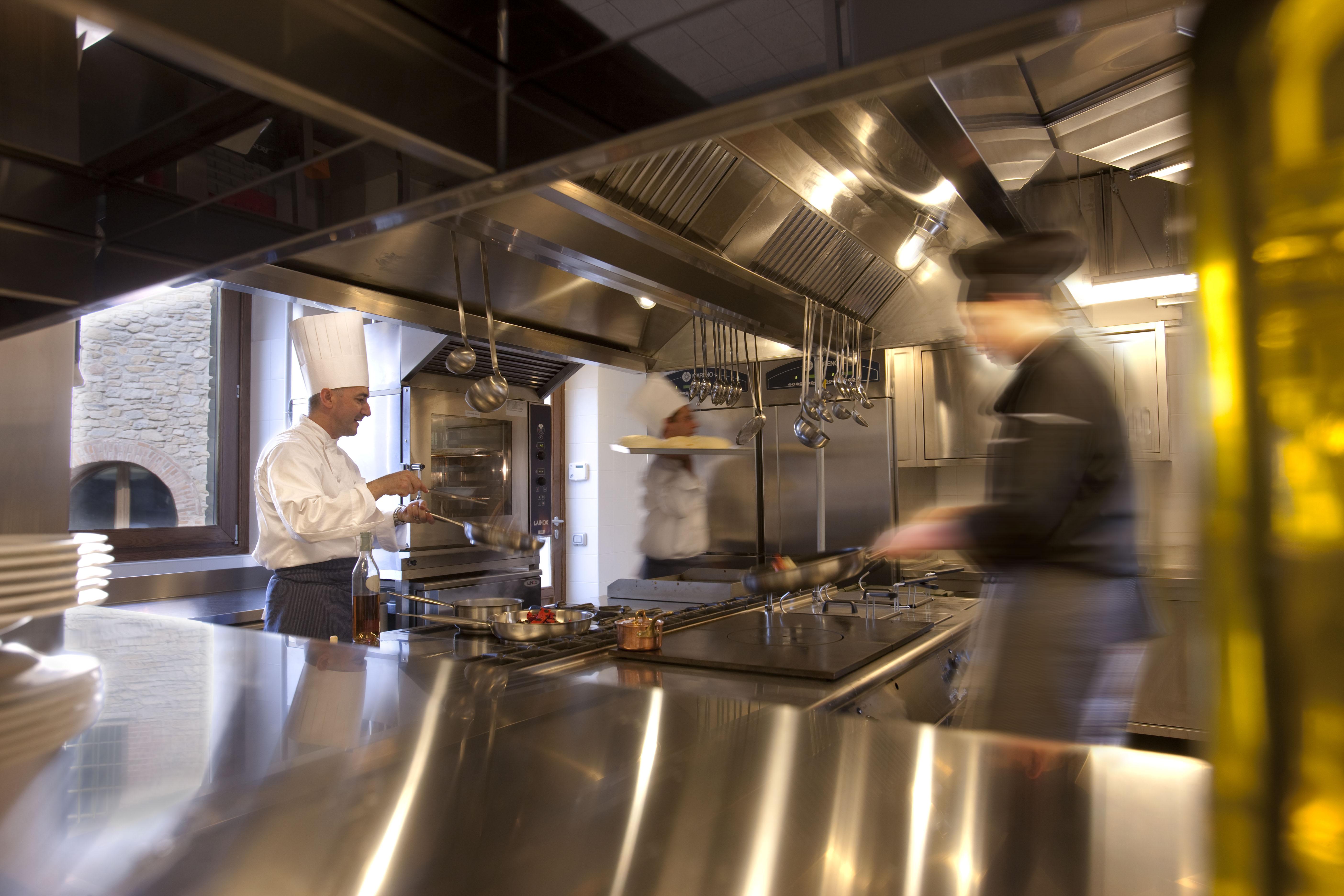 La cucina di un ristorante con due chef al lavoro