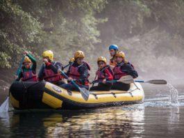 un gruppo su un gommone mentre fa soft rafting