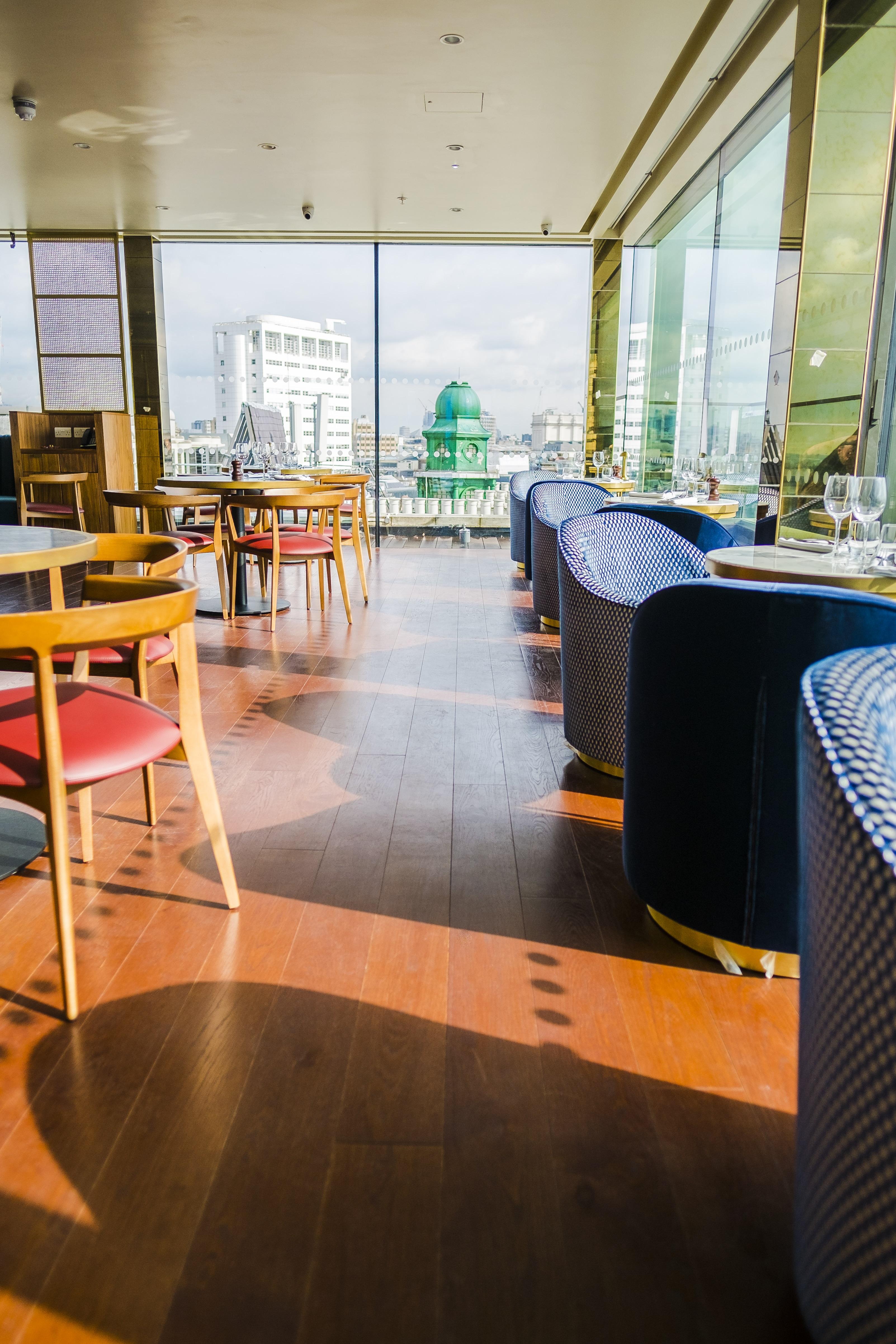 Il ristorante dell'hotel con i pavimenti in legno di Fiemme 3000