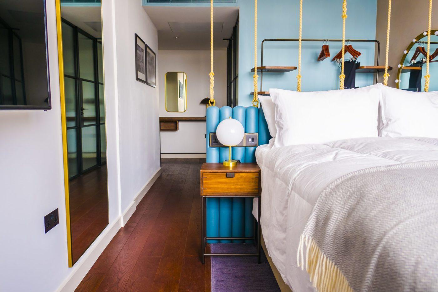 Uno scorcio di una camere con pavimento in legno di Fiemme 3000