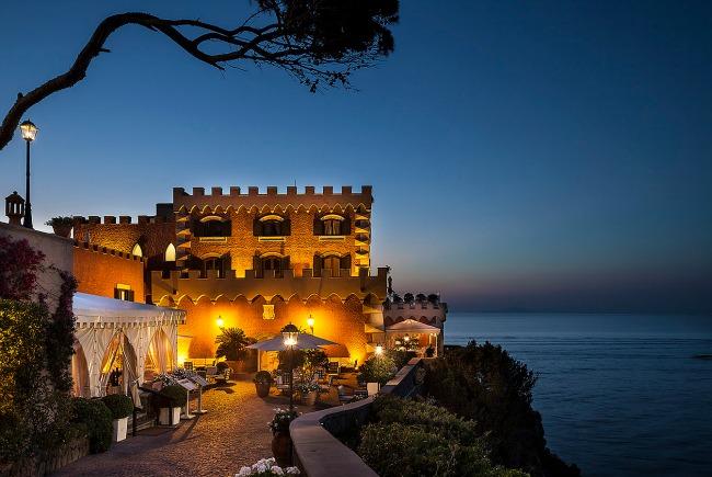 Uno scorcio notturno del Mezza Torre Resort & Spa
