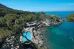 La piscina e la spiaggia del Mezzatorre resort