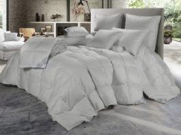 Un letto allestito con i prodotti di Cinelli Piume e Piumini