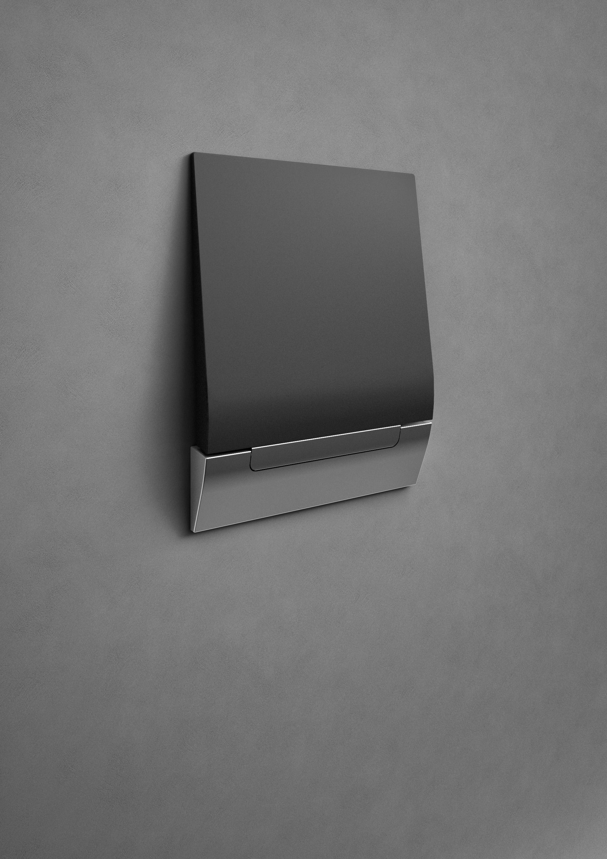 Il sedile doccia ribaltabile di Provex in versione nera, chiuso a parete