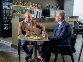 Lo chef Bruno Barbieri con Alessandro Misani discutono di entertainment e tecnologia al bar del ME Milan Il Duca di Milano