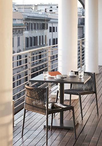 tavolo e sedie della collezione Luce sulla terrazza di un hotel