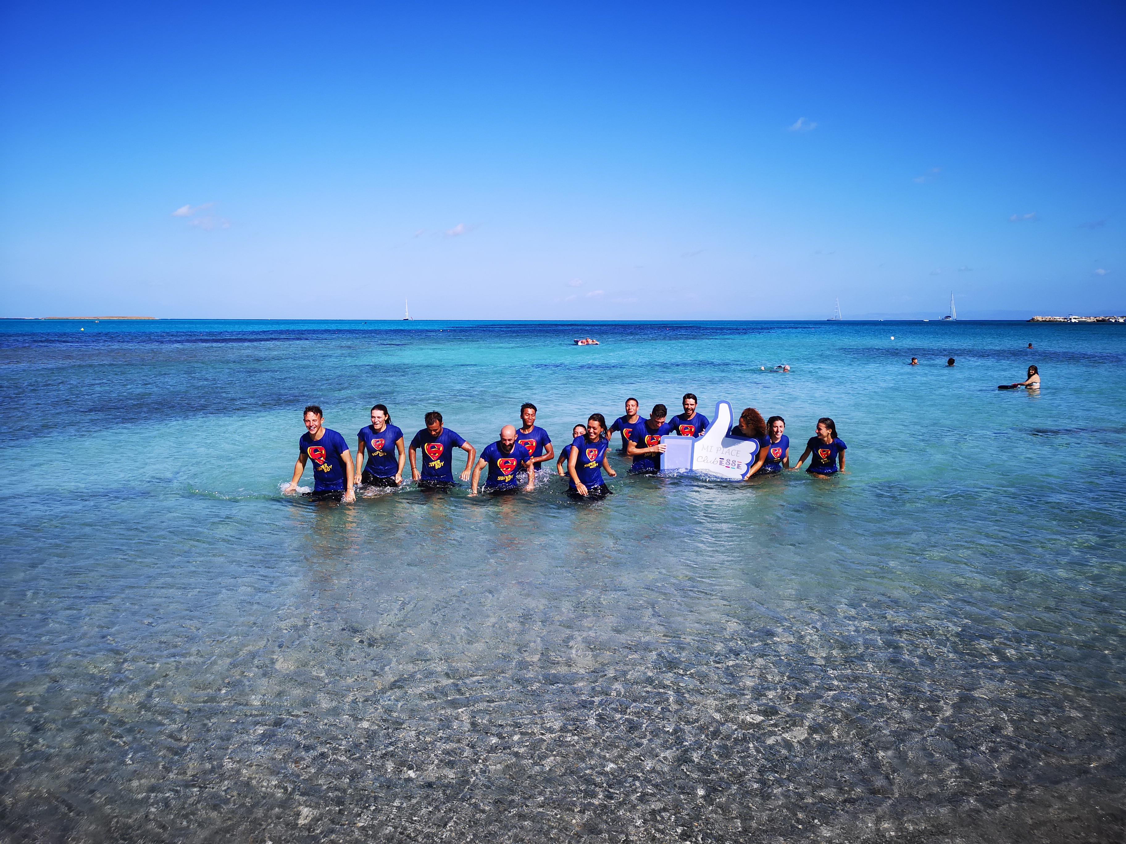 Un'equipe di Club Esse in un mare cristallino di un villaggio del sud Italia
