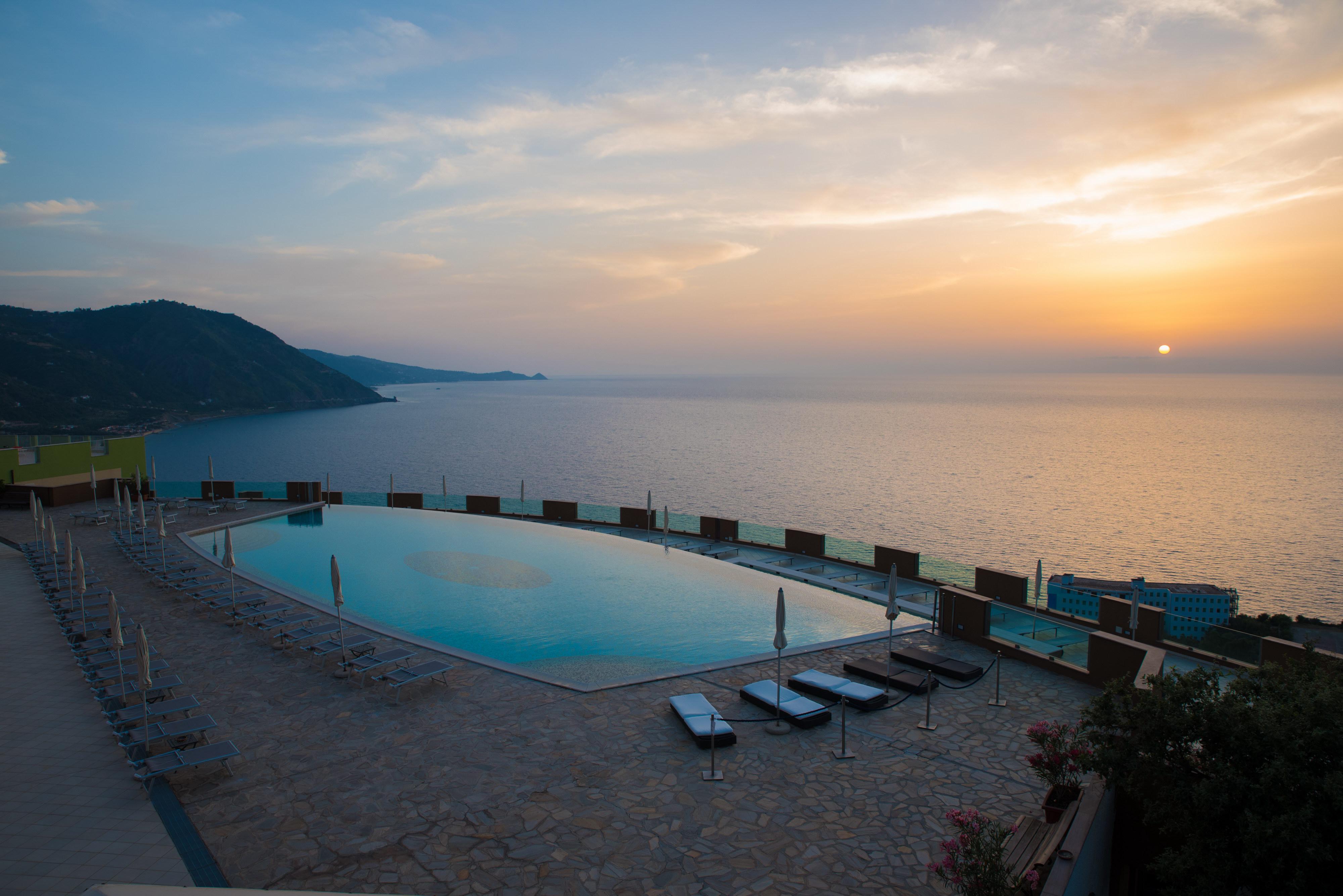 La piscina vista mare del Grand Avalon Sikani