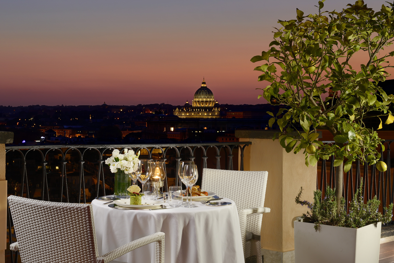 Una foto notturna della terrazza dell'Hotel De La Villa con una splendida vista su Roma