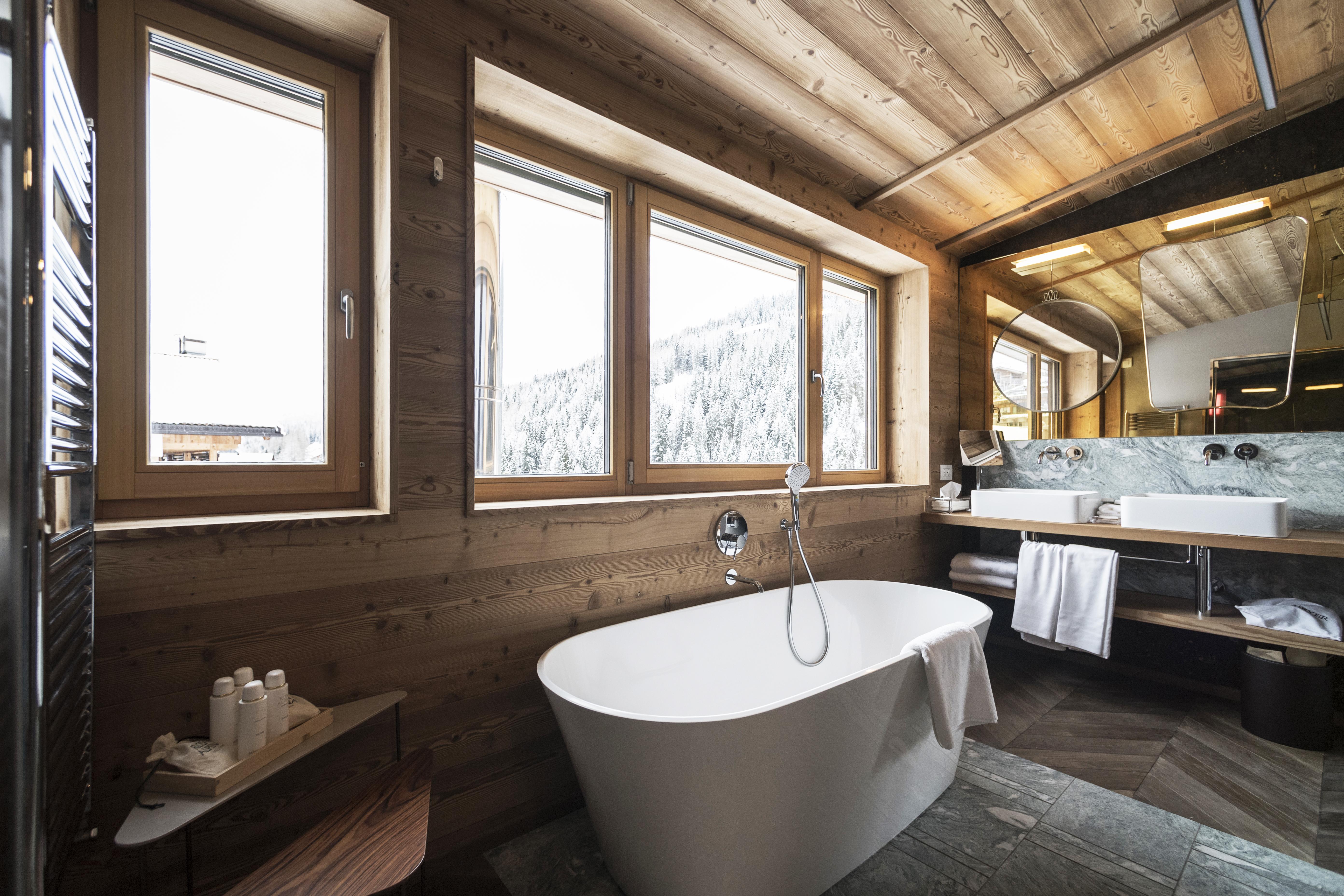 La vasca Vetralla nel bagno di una nuova camera del Rosa Alpina Hotel
