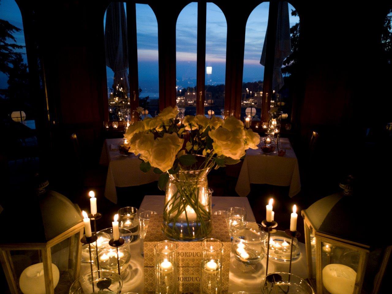 La sala ristorante del Bonducan illuminata solo dalla luce delle candele