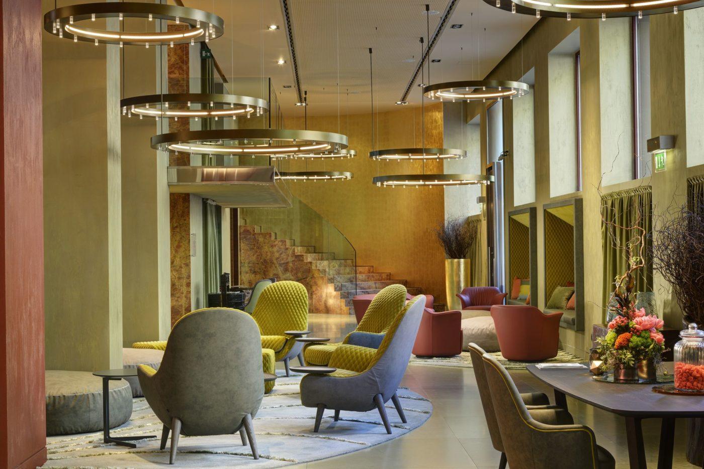La hall dell'Enterprise Hotel di Milano che fa capo a Planetaria Hotels, una delle catene alberghiere italiane