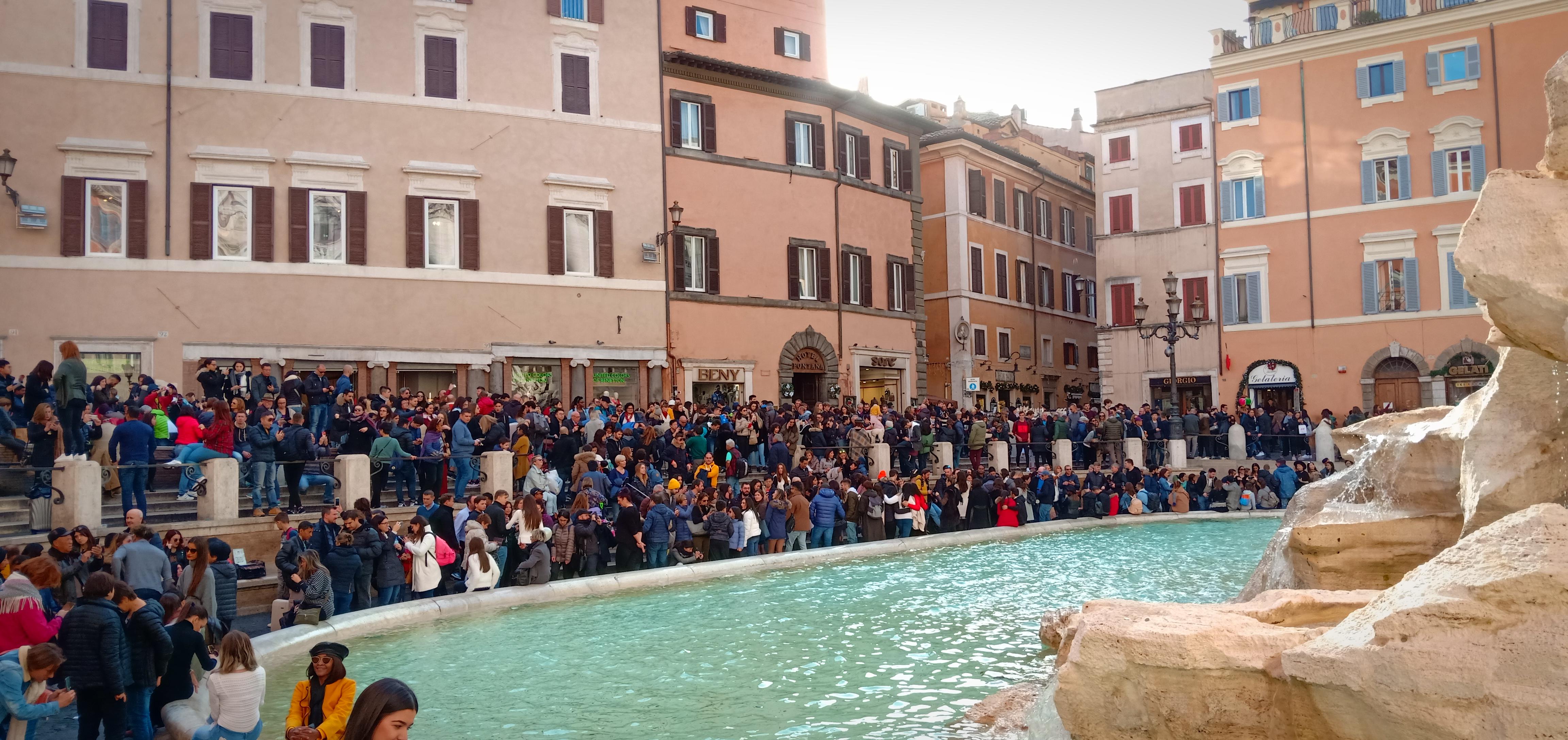 Una foto scattata a Roma vicino alla Fontana di Trevi a novembre 2018, gremita di turisti
