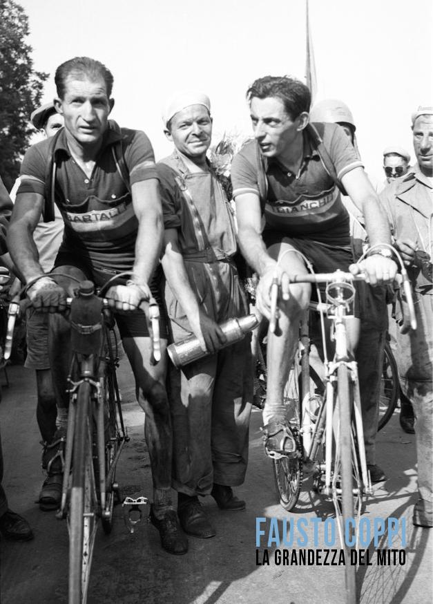 Una foto d'epoca di Fausto Coppie e Gino Bartali all'arrivo di una tappa del Tour de France nel 1949