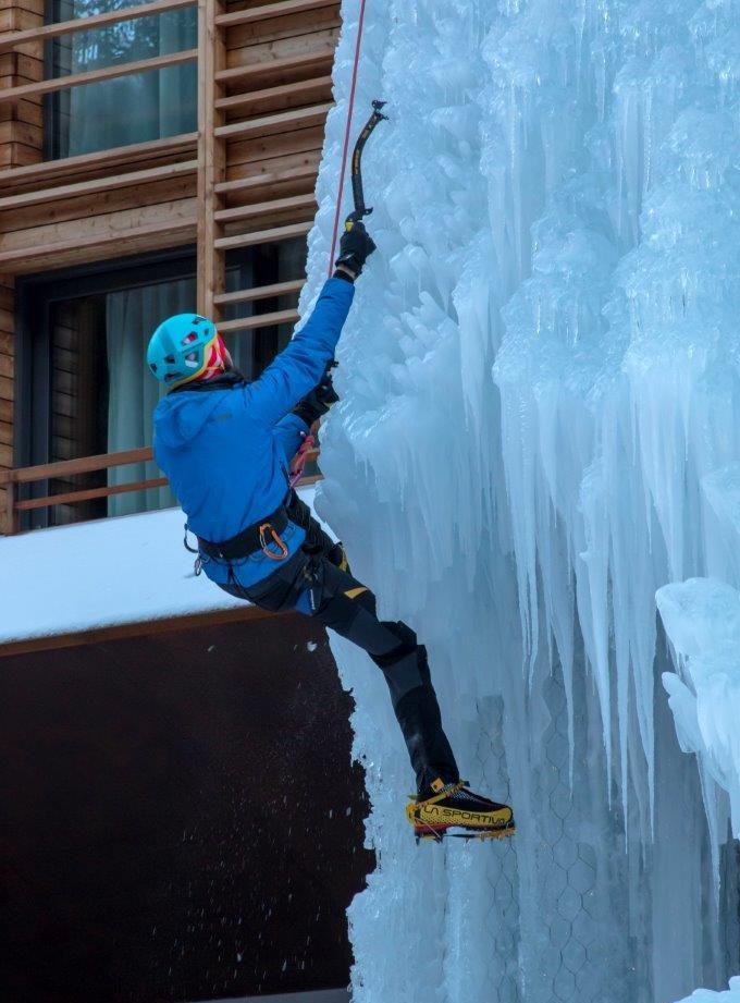 CampZero, arrampicata su ghiaccio all'esterno del resort
