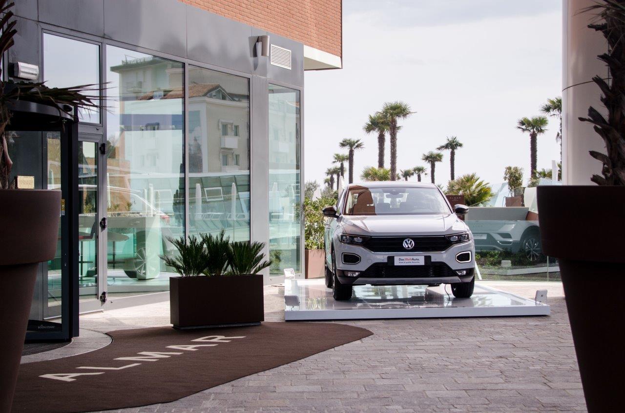 Uno scorcio esterno dell'Almar Jesolo con un'auto Volkswagen
