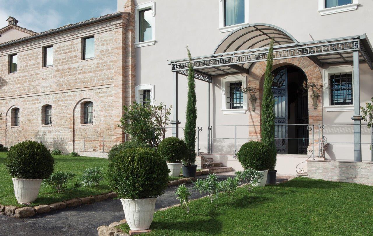 Uno scorcio esterno dell'ingresso di Borgo Pilotti