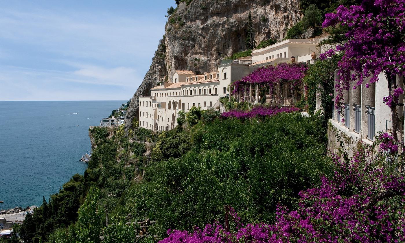 L'esterno dell'NH Collection Grand Hotel Convento di Amalfi, Incastonato a 80 metri di altezza sulla scogliera