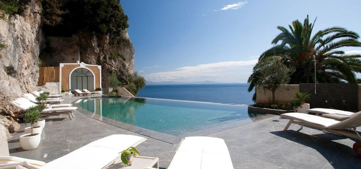 La suggestiva infinity pool dell'hotel